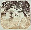 Collectie Nationaal Museum van Wereldculturen TM-60062317 Col. Blagrove en een arbeidster Jamaica fotograaf niet bekend.jpg