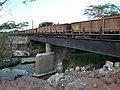 Comboio que passava sentido Boa Vista pela ponte ferroviária sobre o Ribeirão Piraí, limite dos municípios de Salto e Indaiatuba - Variante Boa Vista-Guaianã km 212. Ao lado, pilares e destroços da an - panoramio.jpg