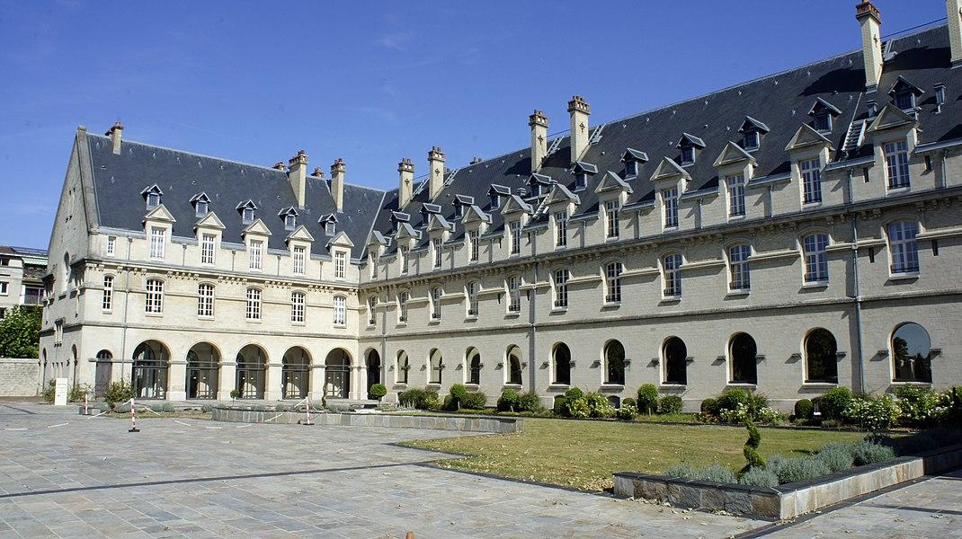 Vue sur la Cour_ouest de l'Hôtel de région de la Champagne-Ardenne.