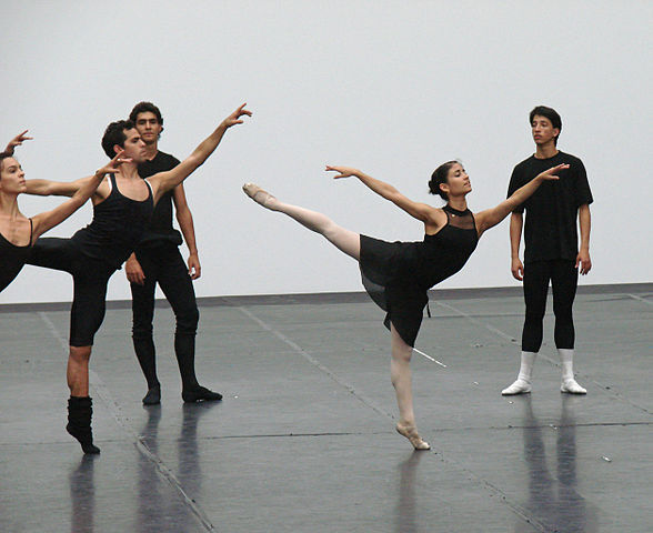 Cours public du ballet national de Cuba (Grand Palais)|By Jean-Pierre Dalbéra from Paris, France [CC BY 2.0 (http://creativecommons.org/licenses/by/2.0)], via Wikimedia Commons