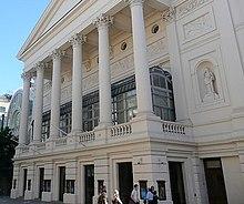 Esterno di un teatro neoclassico