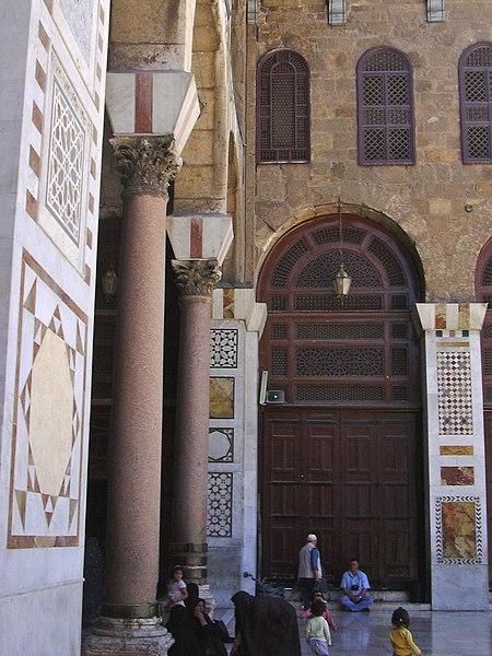 File:Damaskus, Omayadenmoschee, Ansichten vom Moscheehof mit weissem Marmor und Arkaden und dem Glockenhaus (24834249768).jpg
