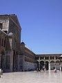 Damaskus, Omayadenmoschee, Ansichten vom Moscheehof mit weissem Marmor und Arkaden und dem Glockenhaus (38706946021).jpg