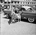 De kinderen van gouverneur Struycken verlaten een auto bij de ontvangst op Fort , Bestanddeelnr 252-2830.jpg