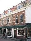 foto van Pand, onder een dak met de nrs. 5, 7, 9, 13 en 15. Gevel met natuurstenen banden, brede, geblokte ontlastingsboog boven de 19e-eeuwse verdiepingsvensters en boven de onderpui een ruitvormig gevelsteentje met het jaartal