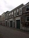 foto van Koetshuis met versierde deur en vensteromlijstingen van Prinsessegracht 28