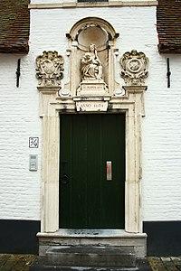 Deur van Godshuis Goderickx Convent, met kapelletje - Moerstraat 9 - Brugge - 29486.JPG