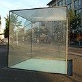 Dieser Glaskubus wurde von Jochen Kitzbihler entworfen und 2003 als Mahnmal für die jüdischen Opfer des Nationalsozialismus aufgestellt. - panoramio.jpg