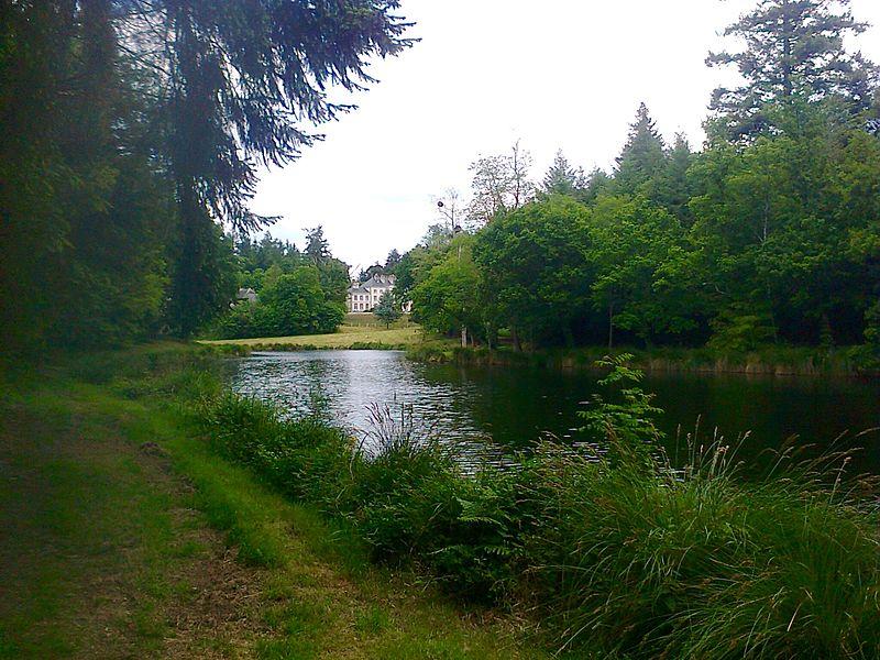 Visite du parc: au fond à droite le château et à gauche les communs.