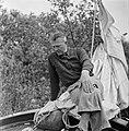 Een man op een zeilboot bij Grouw, Bestanddeelnr 254-5351.jpg