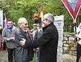El conseller Joan Saura en l'homenatge als deportats al camp nazi d'Ebensee amb José Alcubierre, supervivent espanyol dels camps nazis.jpg