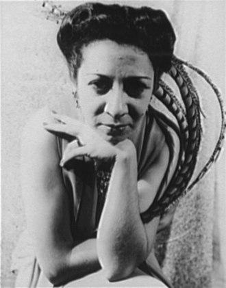 Elsie Houston - Image: Elsie Houston clicked by Carl Van Vechten (1940 11 04)
