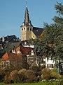 Essen-Kettwig, die Ev. Marktkirche über den Altstadt-Häusern oberhalb des Mühlengrabens am rechten Ruhr-Ufer.jpg