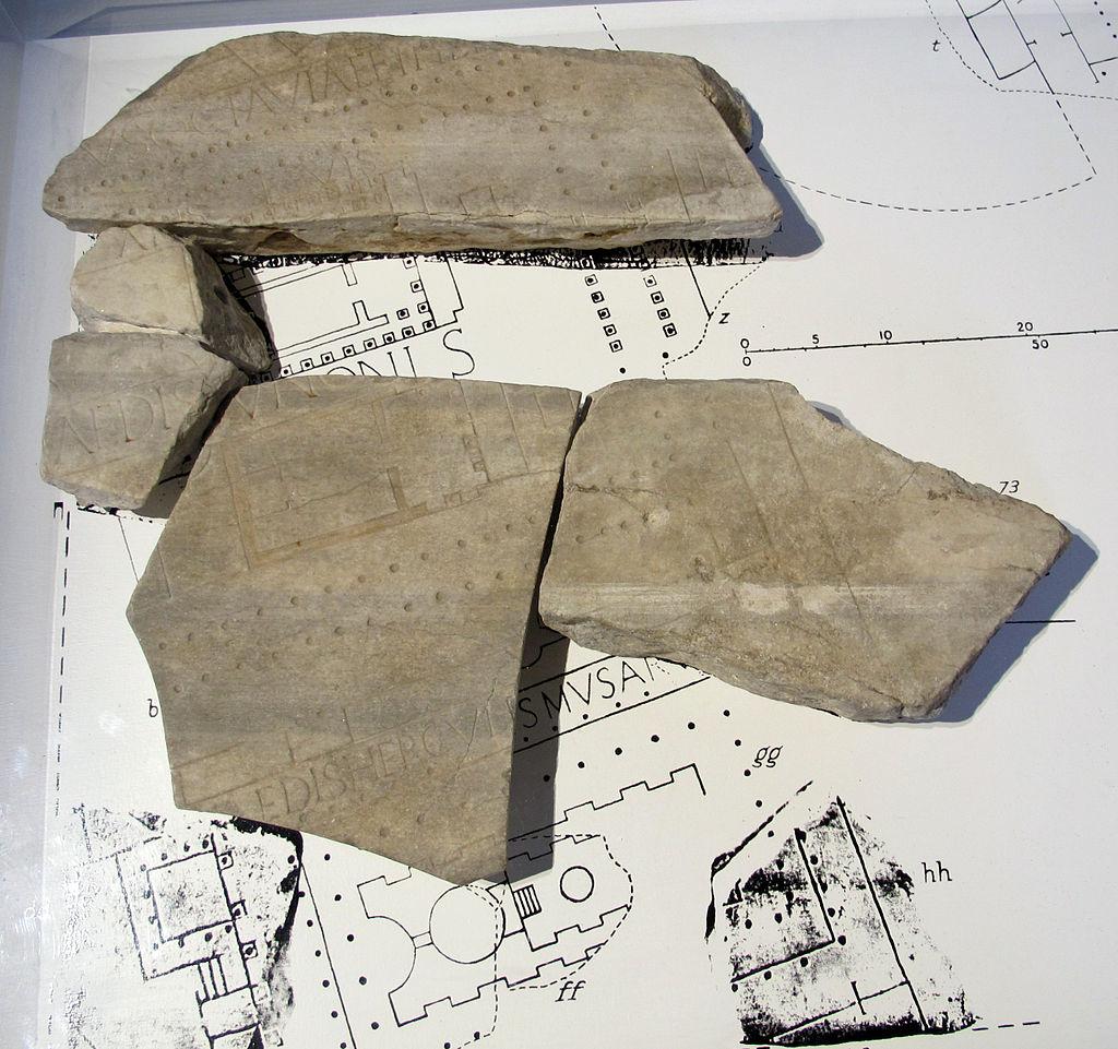 Frammenti della forma urbis con portico di ottavia, 180-220 dc ca, da antiquarium comunale roma.JPG
