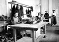 Frauen bei der Herstellung von Polsterungen für den Stahlhelm - CH-BAR - 3241273.tif