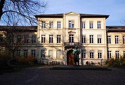 Friedrichsbau Heidelberg Altstadt Bunsen Statue.JPG