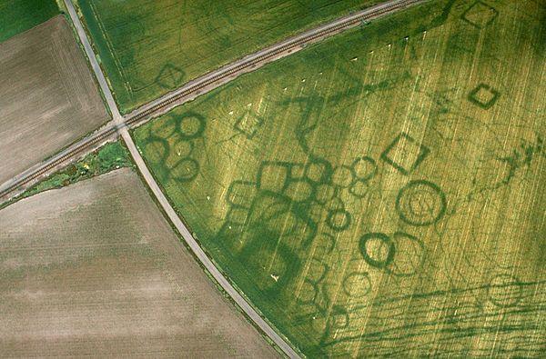 Stanowisko archeologiczne - zdjęcie lotnicze (fot. Wikimedia Commons, autor: J. Dassié, lic. CC-BY-SA-3.0)