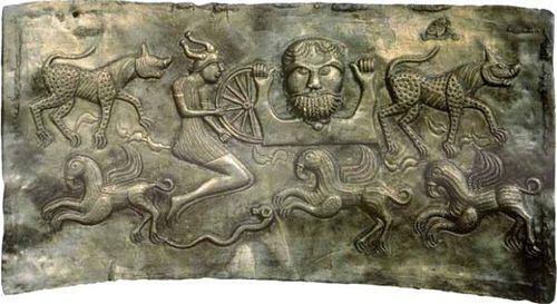 Placa de socorro de Gundestrup kjelen, una caldera sacrificatoria celta en plata del 300 aC-300 dC  que se encontró en North Jutland en 1891. El motivo muestra una figura de casco de cuerno.
