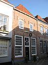 foto van Huis met een gevel van het 'Dordtse' type, oorspronkelijk trapgevel, maar van zijn bovengedeelte ontdaan