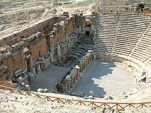 Teatr Rzymski w Hierapolis (fot. Wikipedia, autor: Radomil, lic. CC-BY-SA-3.0)