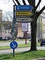 Hinweisschild zum Flugplatz, recht dicht beim Flensburger Rathaus, Bild 06.JPG