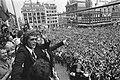 Huldiging op Leidseplein in Amsterdam Jan Jongbloed zwaait naar menigte voor St, Bestanddeelnr 927-3142.jpg