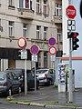 Husitská, dopravní značky v uličce u divadla Ponec.jpg