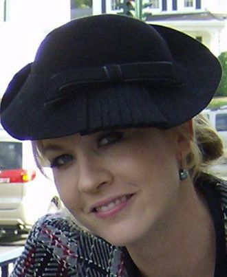 Jenna Elfman - Elfman posing during a break from filming The Six Wives of Henry Lefay in New Milford, Connecticut, October 15, 2007