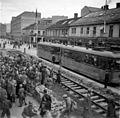 Jernbane og folkemengde i Olav Tryggvasons gate (1945) (22362223553).jpg