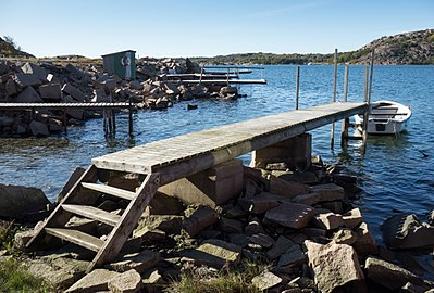 Jetty with steps at Loddebo side view.jpg