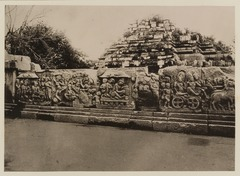 KITLV 40019 - Kassian Céphas - Reliefs on the terrace of the Shiva temple near the stairs to the Guru Chapel of Prambanan near Yogyakarta - 1889-1890.tif
