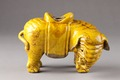 Kinesisk rökelsehållare från 1800-talet i form av gul elefant - Hallwylska museet - 95443.tif