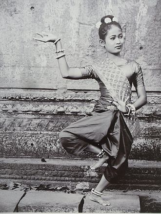 Chang kben - Khmer woman wearing sampot chang kben