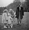 Koninklijk gezin op Soestdijk met hondje buiten, Bestanddeelnr 904-2774.jpg
