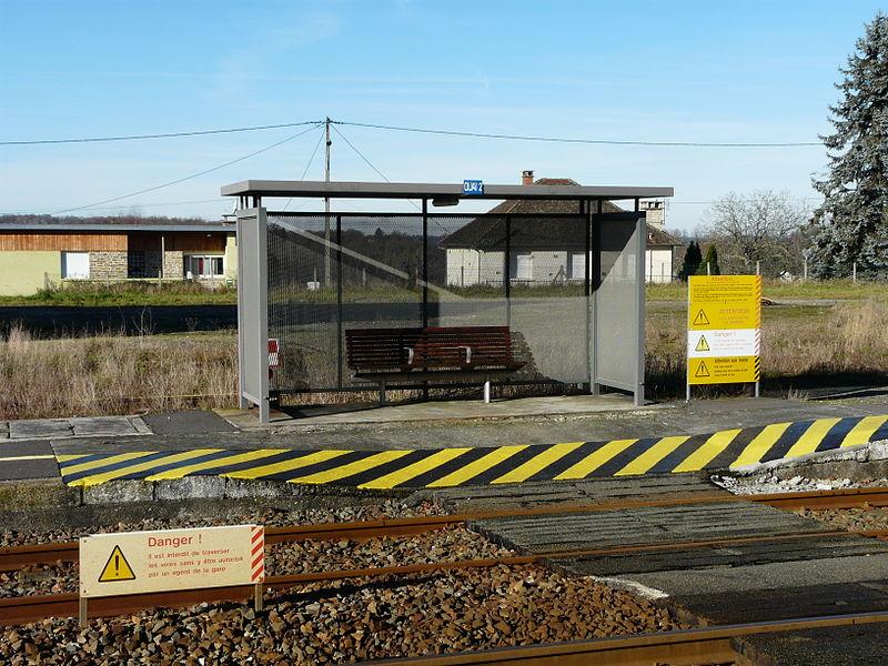 File:La Coquille gare abri.JPG