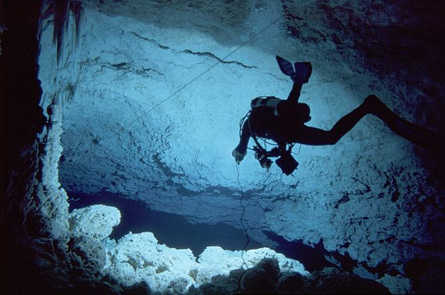 Práce speleológa v zatopenej jaskyni