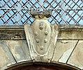 La petraia, portale su lato ovest, stemma medici.JPG