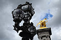 Lampadaire et sculpture en bronze doré du Pont Alexandre III (Paris).JPG