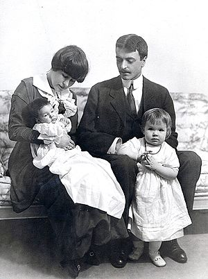 Lathrop Brown - Hélène Hooper Brown, Lathrop Brown, and daughters Halla and Camilla, about 1915