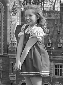 Lena Zavaroni at the age of 10 in 1974, standing in front of a miniature of the Peace Palace in Madurodam.