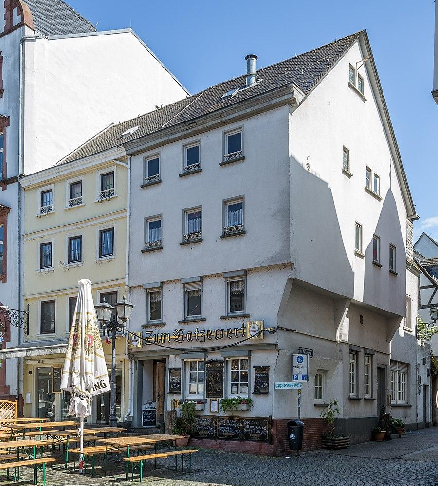 900px-Limburg_an_der_Lahn-Kornmarkt_10-11_von_Suedwesten-20140414.jpg