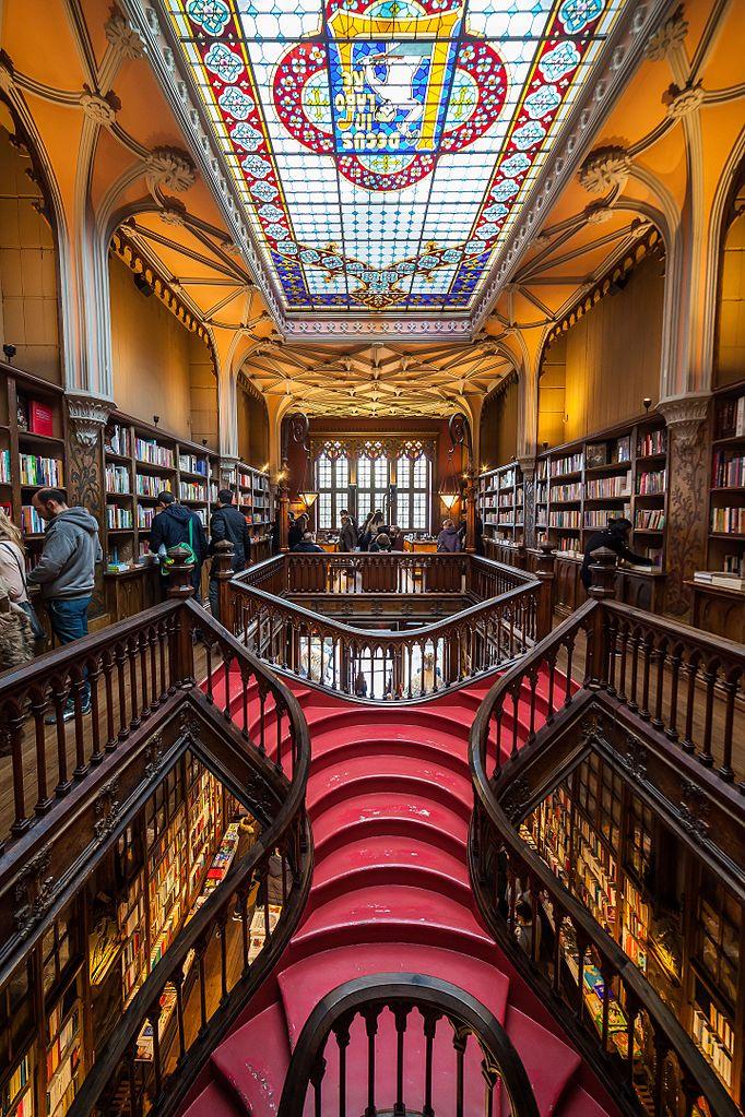 Escalier et verrière de la librairie Lello à Porto - Photo de WASD42