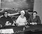 Liz Taylor en Richard Burton bij aankomst op Schiphol, waar zij een persconferen, Bestanddeelnr 917-6945.jpg