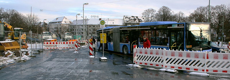 File:Luise Kiesselbach-Platz verlegte Bushaltestelle.JPG