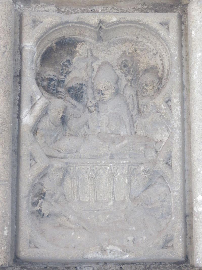 Detalj av den nittende medaljongen på Portail des Marmousets i klosteret Saint-Ouen, som viser Ansbert lede seremonien med skrinleggelsen av Ouen i klosteret, omgitt av munker og en abbed.