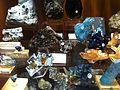 Mélange de vrais minéraux avec un bismuth de synthèse.jpg