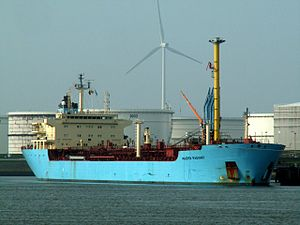 Maersk Radiant at the Calland canal, Port of Rotterdam, Holland 23-Apr-2006.jpg