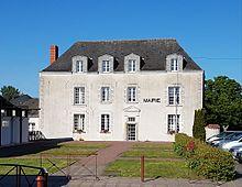 Photographie en couleurs d'un bâtiment à étage avec mention «MAIRIE» sur la façade.