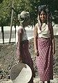 Mandalay-Kuthodaw-06-Maedchen am Bau-gje.jpg