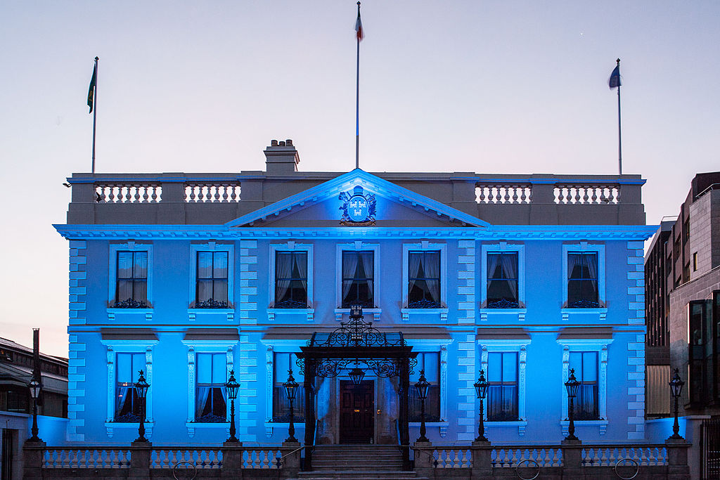 File mansion house blue wikimedia commons for What makes a house a mansion